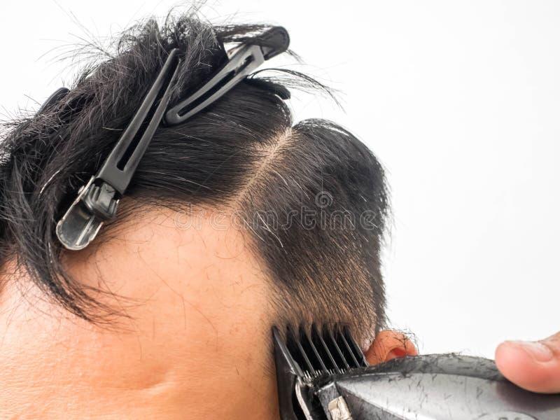 Naher hoher Schuss des Mannes modischen Haarschnitt erhalten Männlicher Herrenfriseurumhüllungskunde, Haarschnitt unter Verwendun lizenzfreies stockbild