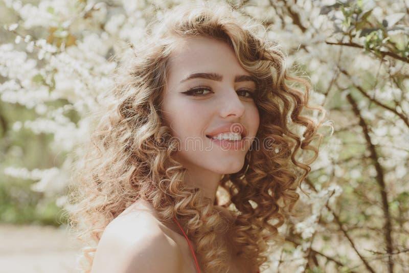 Naher hoher Schuss des stilvollen Lächelns der jungen Frau Nat?rliches Gl?ck, Spa? und Harmonie lizenzfreies stockbild