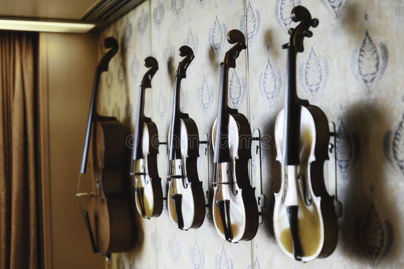 Naher hoher Schuss von handgemachten Violinen und von Viola stockbilder