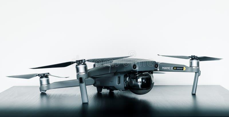 Naher oben lokalisierter Schuss des neue Probrummens Verbraucher Mavic 2 von DJI gegen einen hellen weißen Hintergrund stockfotografie