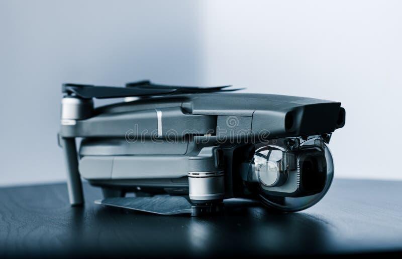 Naher oben lokalisierter Schuss des neue Probrummens Verbraucher Mavic 2 von DJI gegen einen hellen weißen Hintergrund lizenzfreie stockfotos