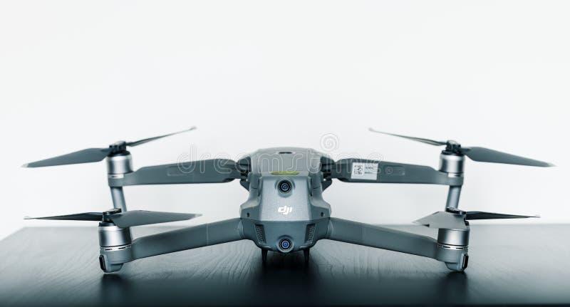 Naher oben lokalisierter Schuss des neue Probrummens Verbraucher Mavic 2 von DJI gegen einen hellen weißen Hintergrund lizenzfreie stockbilder