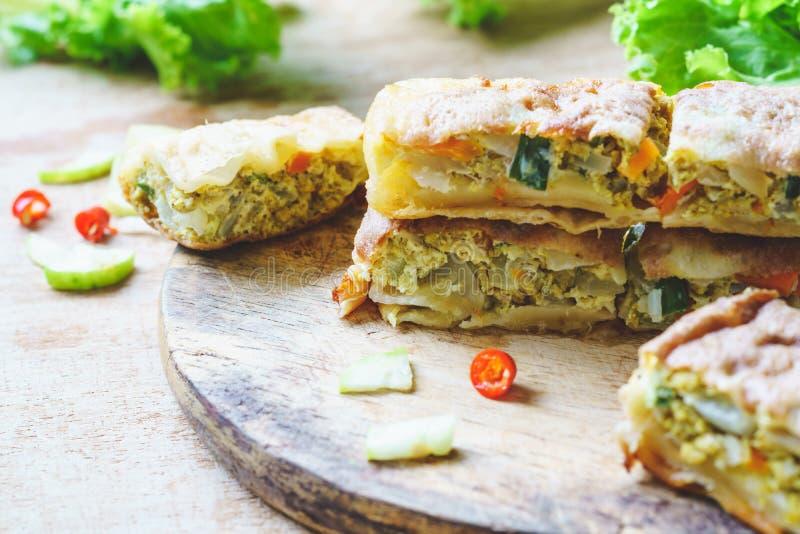 Naher oben selektiver Fokus von murtabak oder martabak oder mutabbaq oder Mataba Murtabak ist ein angefüllter Pfannkuchen oder ei lizenzfreie stockfotos