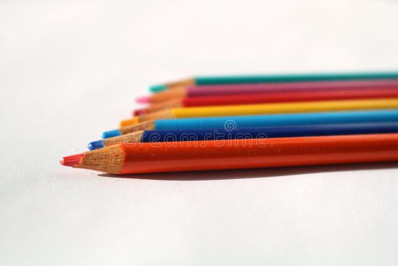 Naher Schnappschuß von farbigen Bleistiften stockfotos