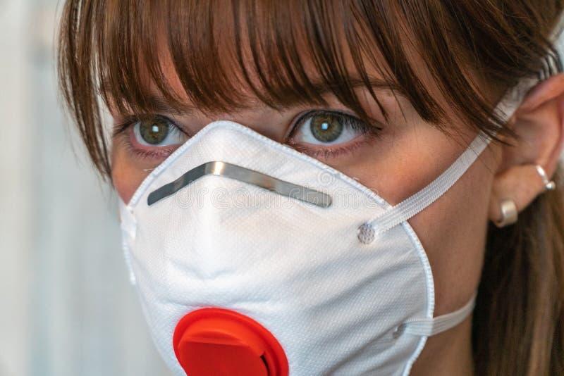 Nahes Gesicht der jungen Frau mit N95-Gesichtsmaske, Version 2 lizenzfreie stockbilder