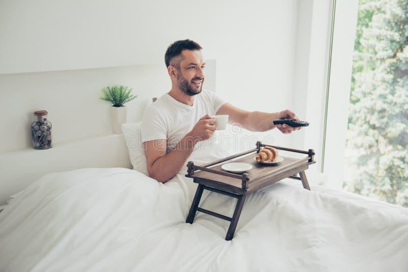Nahes hohes überraschendes Foto er er seine Bäckereifrühstückskaffees des Konzeptes des guten Morgens des Kerls Teetabellenänderu stockfoto
