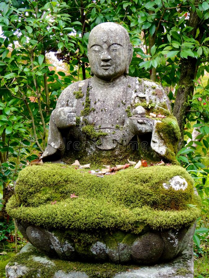 Nahes hohes Bild der sch?nen Buddha-Statue im Eikando-Tempel in Kyoto stockfotos