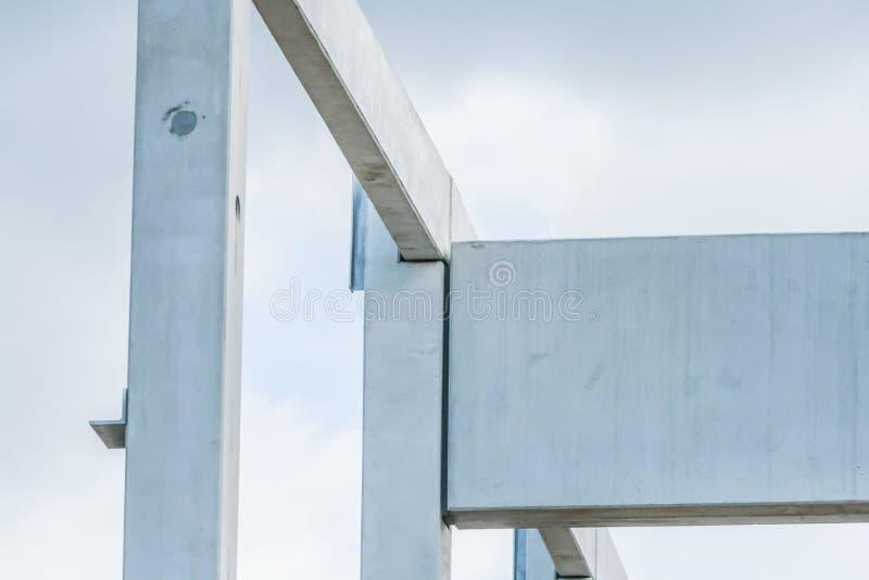 Nahes hohes Bild von Fertigbetonspalten und -strahlen auf Baustelle stockbilder