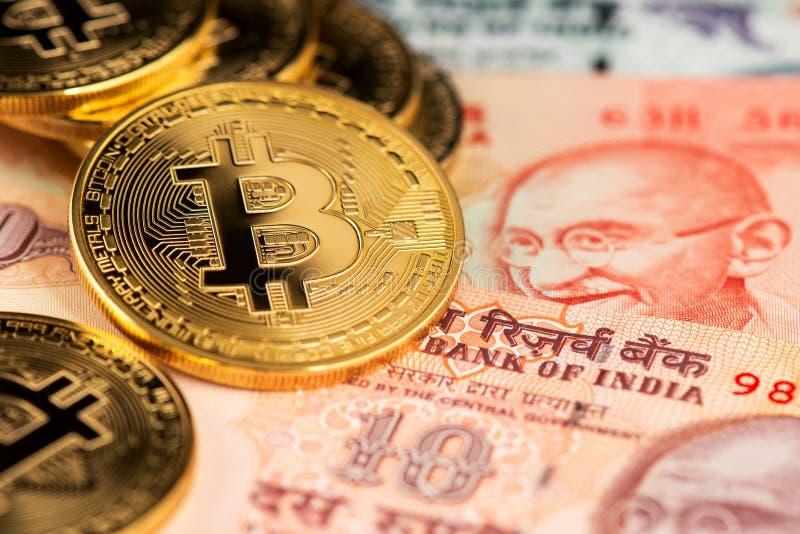 Nahes hohes Bild von gplden Bitcoin mit Banknoten der indischen Rupie Bitcoin auf Indien-Rupie Cryptocurrency gegen Geld von Indi stockfoto