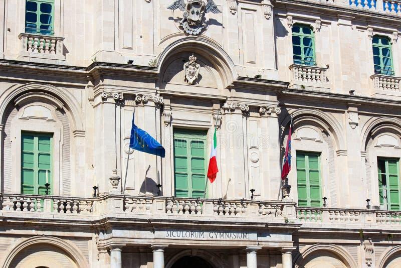 Nahes hohes Bild, welches die Vorderseitee Fassade des historischen Gebäudes allgemeiner Catania-Universität in Sizilien, Italien stockfotos