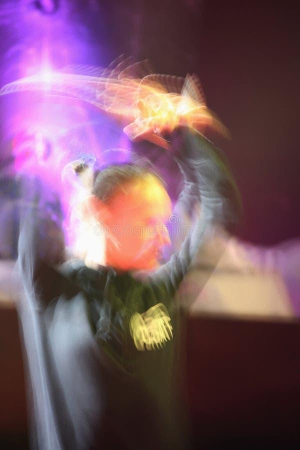 Nahes hohes buntes Bild des Bewegungszitterns des Auszuges der glücklichen Tanzenleute in einem DiscoNachtclub stockfotografie