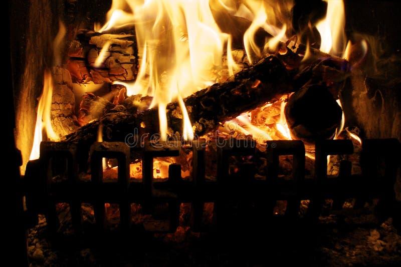 Nahes hohes des Holzfeuers stockbild