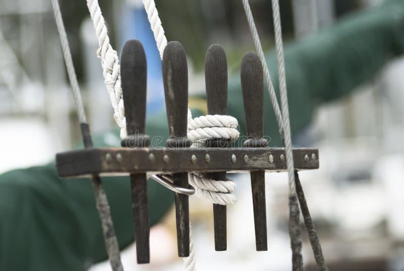 Nahes hohes Detail der Segel-Boots-Takelung stockbild
