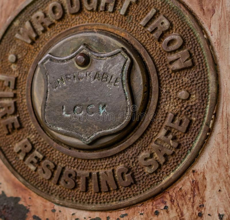 Nahes hohes Detail des antiken Verschlusses des Schmiedeeisens lizenzfreie stockfotografie