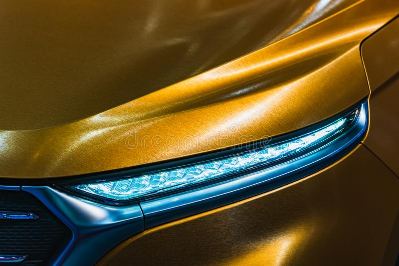 Nahes hohes Detail geschossen vom Scheinwerfer des modernen Luxussportautos Vorderansicht von Supercar Motorsporthintergrundkonze lizenzfreie stockfotografie