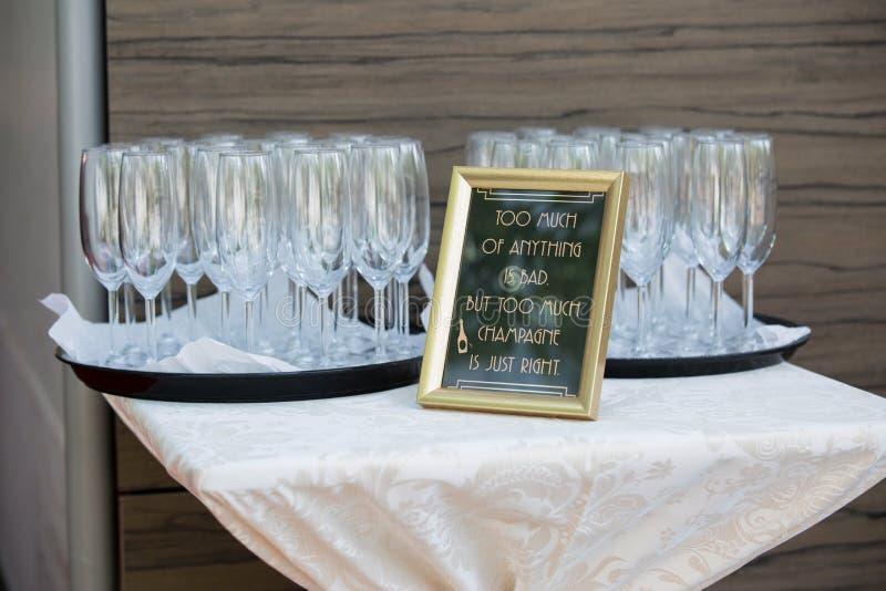 Nahes hohes Detail von Champagnergläsern stockbild
