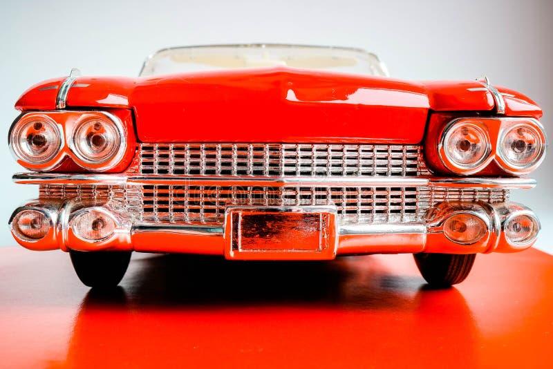 Nahes hohes Detail von roten Oldtimerscheinwerfern und -haube Vorderansicht des realistischen Skalaautomodells Amerikanischer Kla lizenzfreie stockfotos