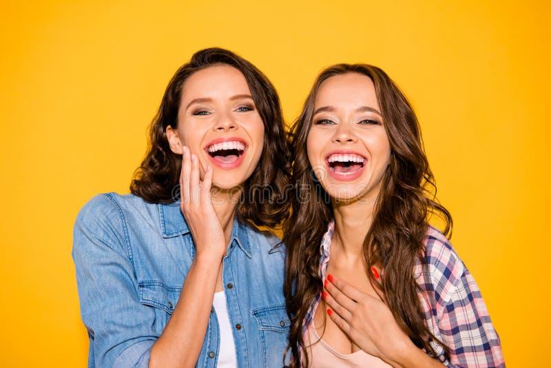 Nahes hohes Foto der reizend hübschen Jugendperson hören, Witzstimmung zu hören reagieren aufgeregten Sommer der Note Kasten z stockfotografie