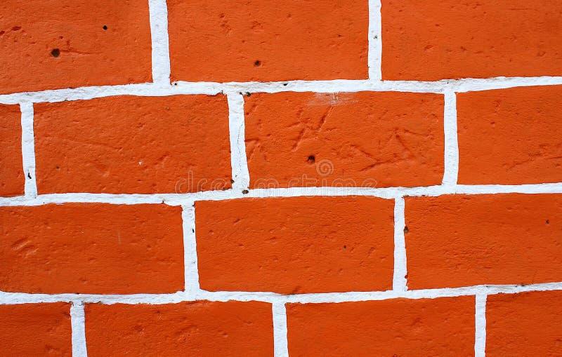 Nahes hohes Foto der Wand des roten Backsteins mit weißen Akzenten stockfotografie