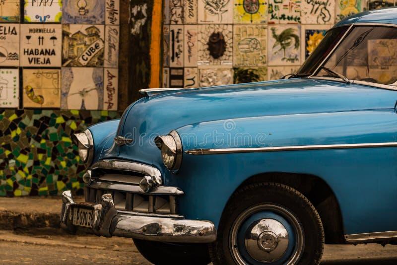 Nahes hohes Foto des blauen klassischen amerikanischen Autos lizenzfreie stockbilder