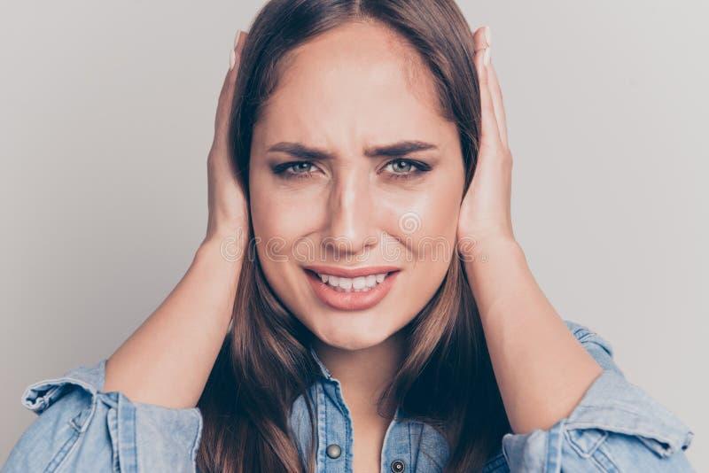 Nahes hohes Foto des jugendlich Jugendlichfehlers frustrierter besorgter reizend Dame besorgtes nervöses aggressives verlieren ni lizenzfreie stockbilder