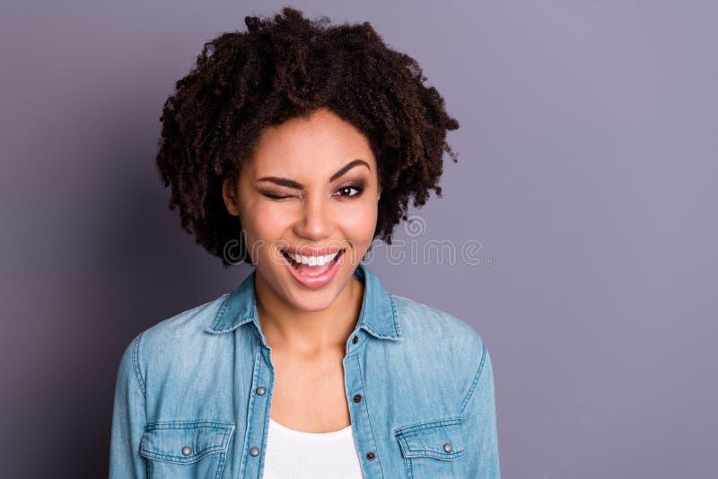 Nahes hohes Foto des netten reizend netten hübschen jugendlich Jugendlichen haben, den lustigen flippigen offenen erfüllten gekle lizenzfreie stockbilder