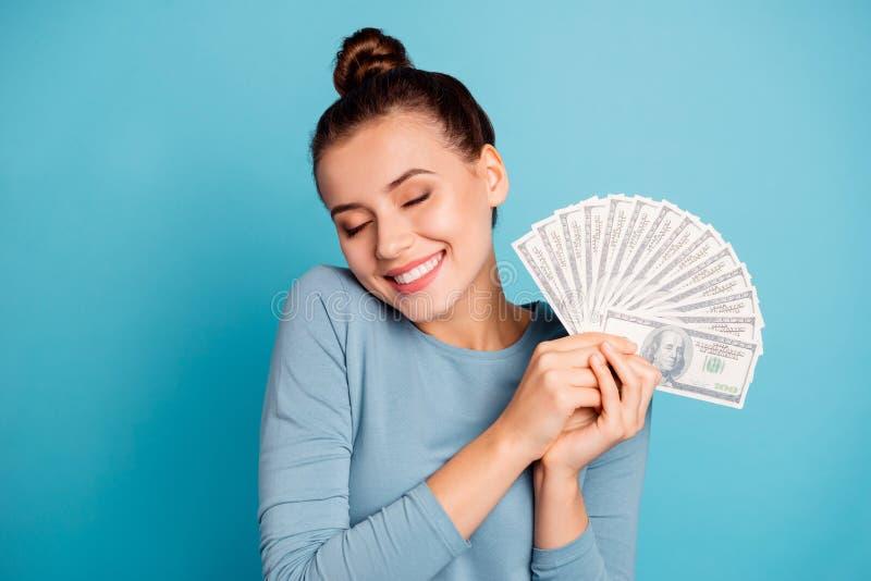 Nahes hohes Foto des netten reizenden jugendlich Jugendlichen spornte interessiertes durchdachtes zukünftiges kaufendes Glück g lizenzfreie stockfotografie