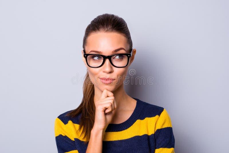 Nahes hohes Foto des reizend attraktiven Damennotenkinns haben Gedanken Unfug treiben Plantrick wünschen Spaß angespornte Abnutzu lizenzfreies stockbild