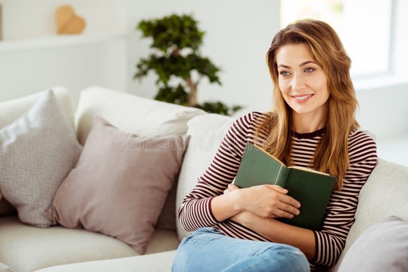 Nahes hohes Foto des reizend positiven Notenbuches denken den erfüllten frohen Inhalt der durchdachten Inspiration veröffentlicht lizenzfreies stockfoto