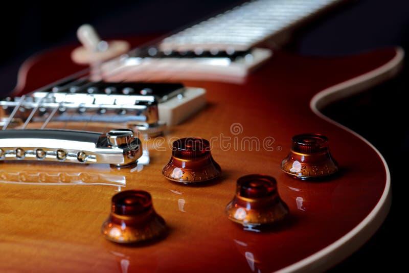 Nahes hohes Foto des Volumens und der Tone Controlss der E-Gitarre stockfotos
