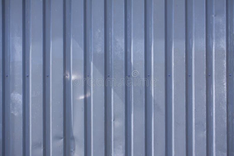Nahes hohes Foto einer Fassade von einem Industriegebäude mit Streifen von minimalistic verwitterten vertikalen Metallprofilen Hi stockfoto