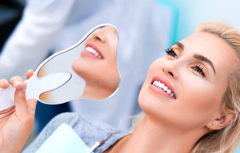 Nahes hohes Foto einer lächelnden Frau in der zahnmedizinischen Klinik lizenzfreies stockfoto