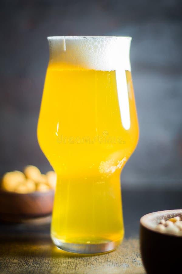 Nahes hohes Foto eines kalten Glases Bieres stockfotografie