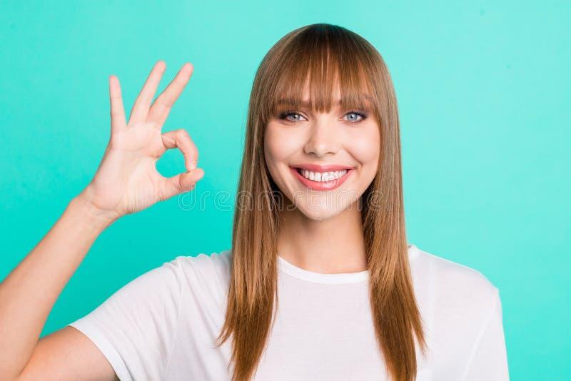 Nahes hohes Foto netter reizend attraktiver Damenanzeige zu beschließen zu raten, Informationen zu entscheiden zuzustimmen schlag lizenzfreies stockbild