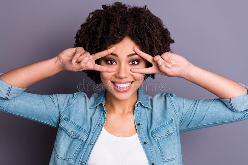 Nahes hohes Foto reizend nette attraktive lokalisierten grauen Hintergrundes Dame Jugend macht sie Vzeichengesichtsaugen zufriede lizenzfreies stockfoto
