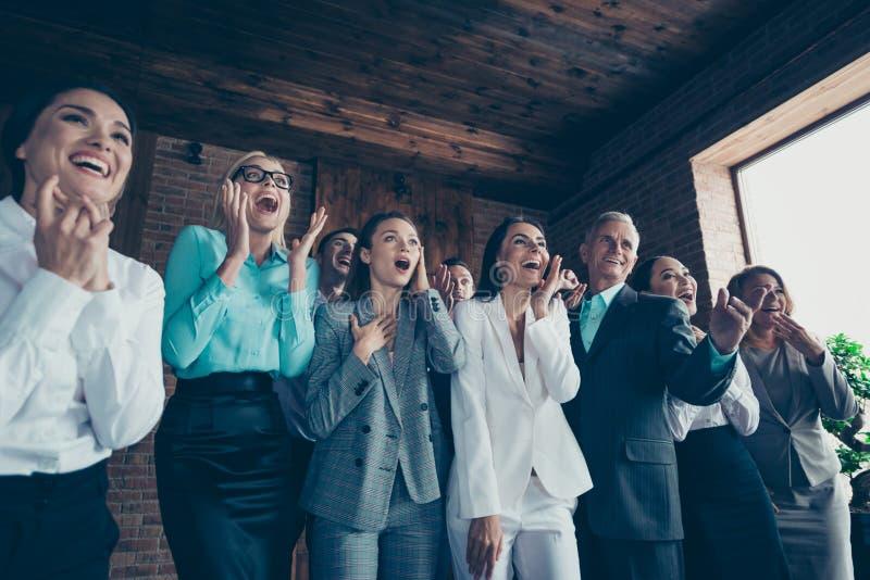 Nahes hohes Foto von den Leuten, die in der Freude feiertags-Tagesereignis des Chefsiegergeldpreises zum unglaublichen Beglückwün lizenzfreie stockfotografie