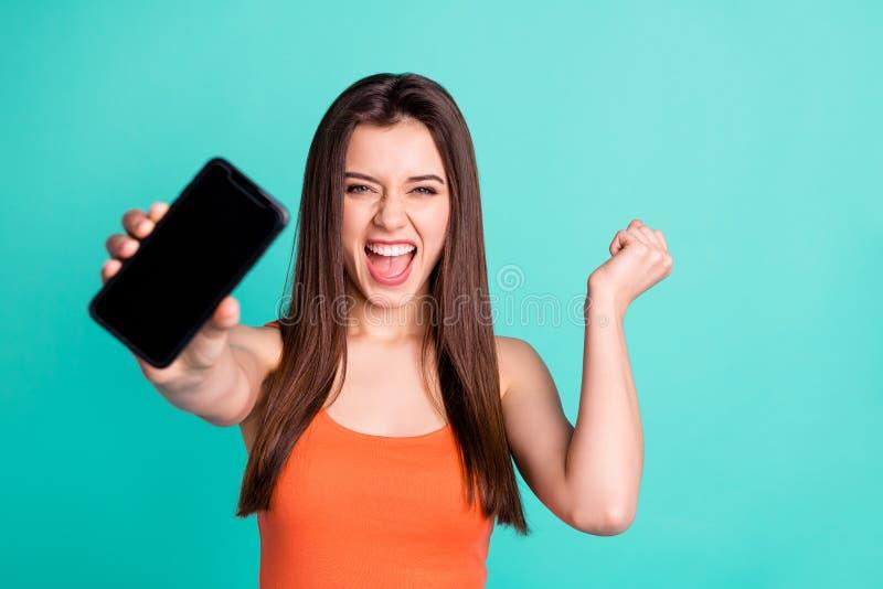 Nahes hohes Foto von reizend Dame des netten Inhalts erzielen Triumph zielen moderne Technologie feiern Rufschrei tragen ja stockbilder