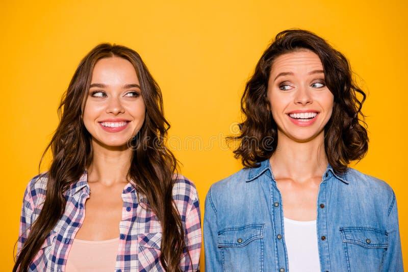 Nahes hohes Foto von reizend netten Damen glauben, dass Inhalt, frohe überraschtes Lachen der Freizeitwochenenden sich zu freuen stockfotos