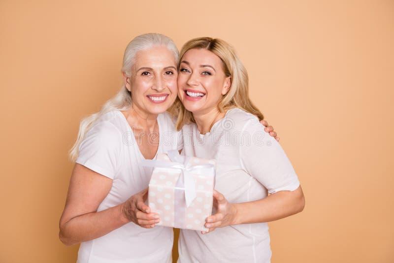 Nahes hohes Foto von reizend netten Erwachsenen glauben, dass froh lassen Jahrestag senden das giftbox, zu erhalten sich freuen S lizenzfreies stockbild