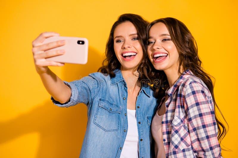 Nahes hohes Foto von reizend netten Gefährten Stipendiumblog, das Bloggers Fotos machen, haben Freizeitschauerwochenendenlachen  stockbild