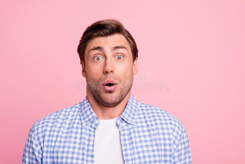 Nahes hohes Foto von schönem, kennt ihn recht überraschend, er sein Kerl nicht was zu sagen verwirrt oh keinem Ausdruckmund in O lizenzfreie stockbilder