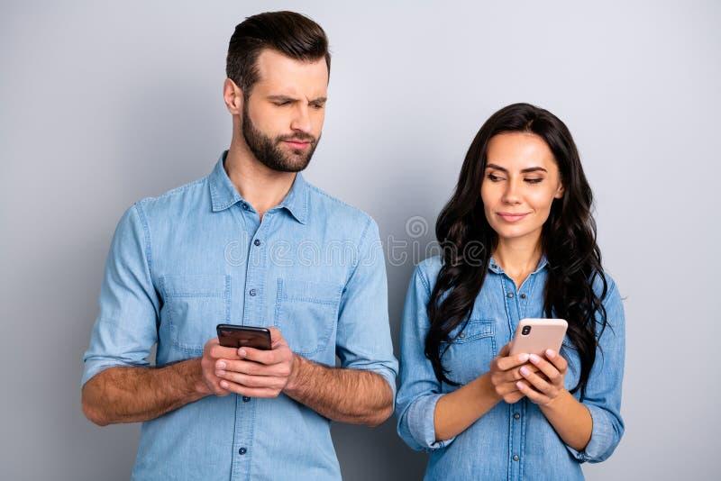 Nahes hohes Foto wunderte sich sie sie er er sein Telefon-Handarm-Leserzweifels des Damenkerltelefons ungewisses unsicheres des i lizenzfreie stockfotografie