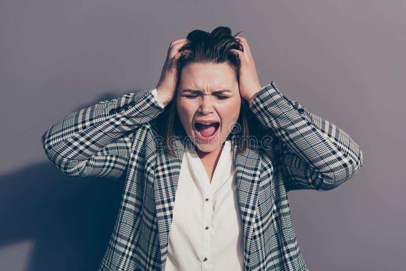 Nahes hohes Fotoporträt von gestörtem erschrockenem erschrockenem ängstlich des verlierenden Arbeitsplatzes schreiende Büroperson stockfotos