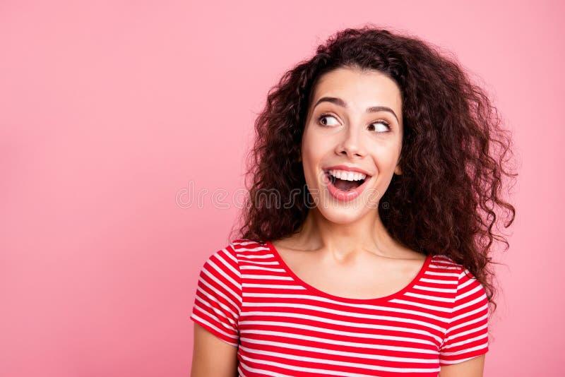 Nahes hohes Fotoporträt von nettem nettem recht mit toothy strahlendem Lächeln sie ihre Dame, welche beiseite die leere Raumherst lizenzfreie stockbilder