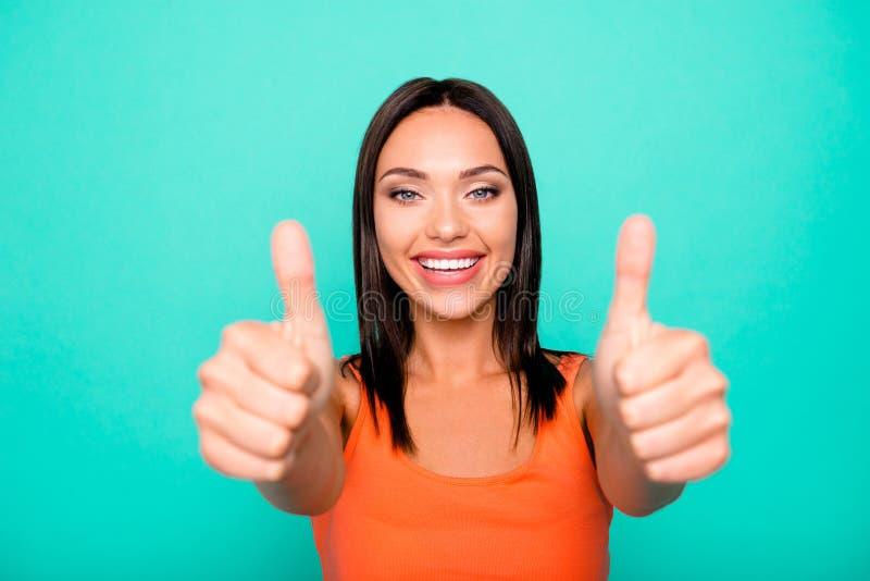 Nahes hohes Fotoporträt von optimistischem reizend herrlichem attraktivem nettem reizend sie ihre Dame, die Finger bis geben mac lizenzfreies stockbild