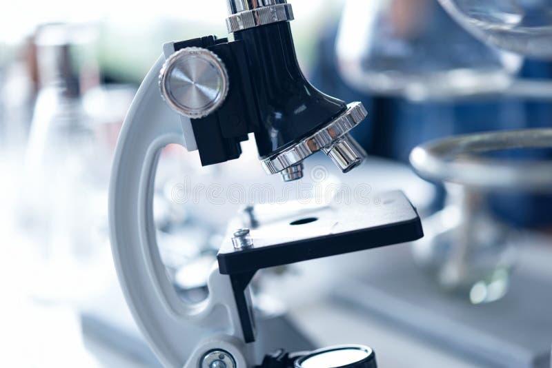 Nahes hohes Mikroskop für Forschungswerkzeuganatomie von kleinen Organismen mit Metalllinse am Labor, Biologie stockfoto