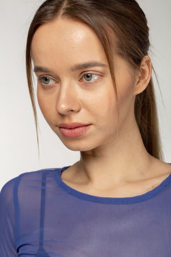 Nahes hohes Porträt der Schönheit mit großen blauen Augen gesunde Haut und rote Lippen lizenzfreie stockfotos