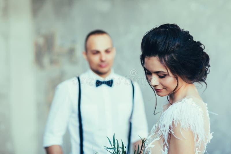 Nahes hohes Porträt der Braut und des Bräutigams stockbilder