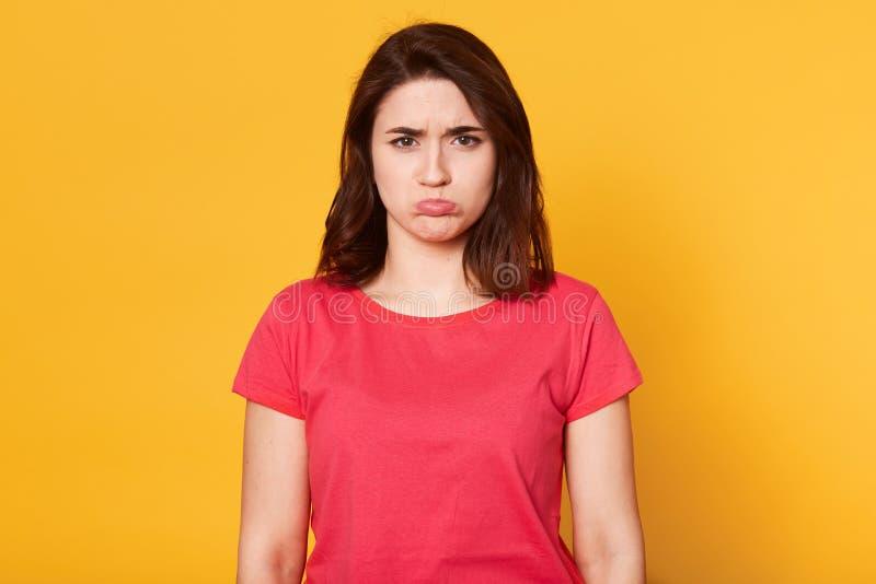 Nahes hohes Porträt der emotionalen Frau mit beleidigtem Gesichtsausdruck, gekrümmte untere Lippe, Mädchen empfing schlechte Nach stockbild