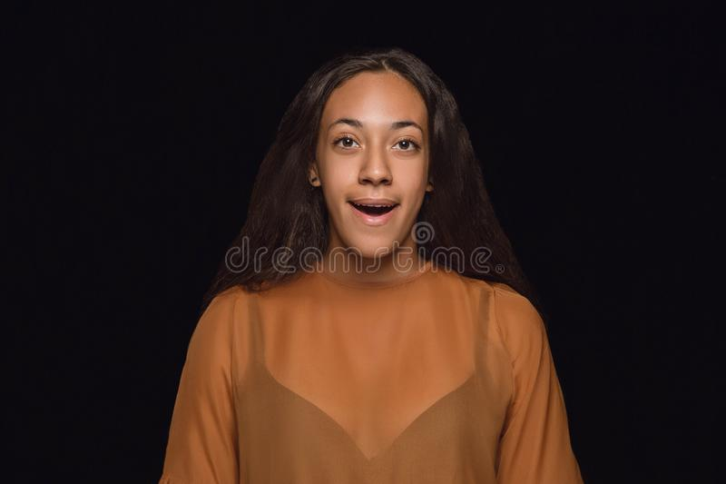 Nahes hohes Porträt der jungen Frau lokalisiert auf schwarzem Studiohintergrund stockfotografie